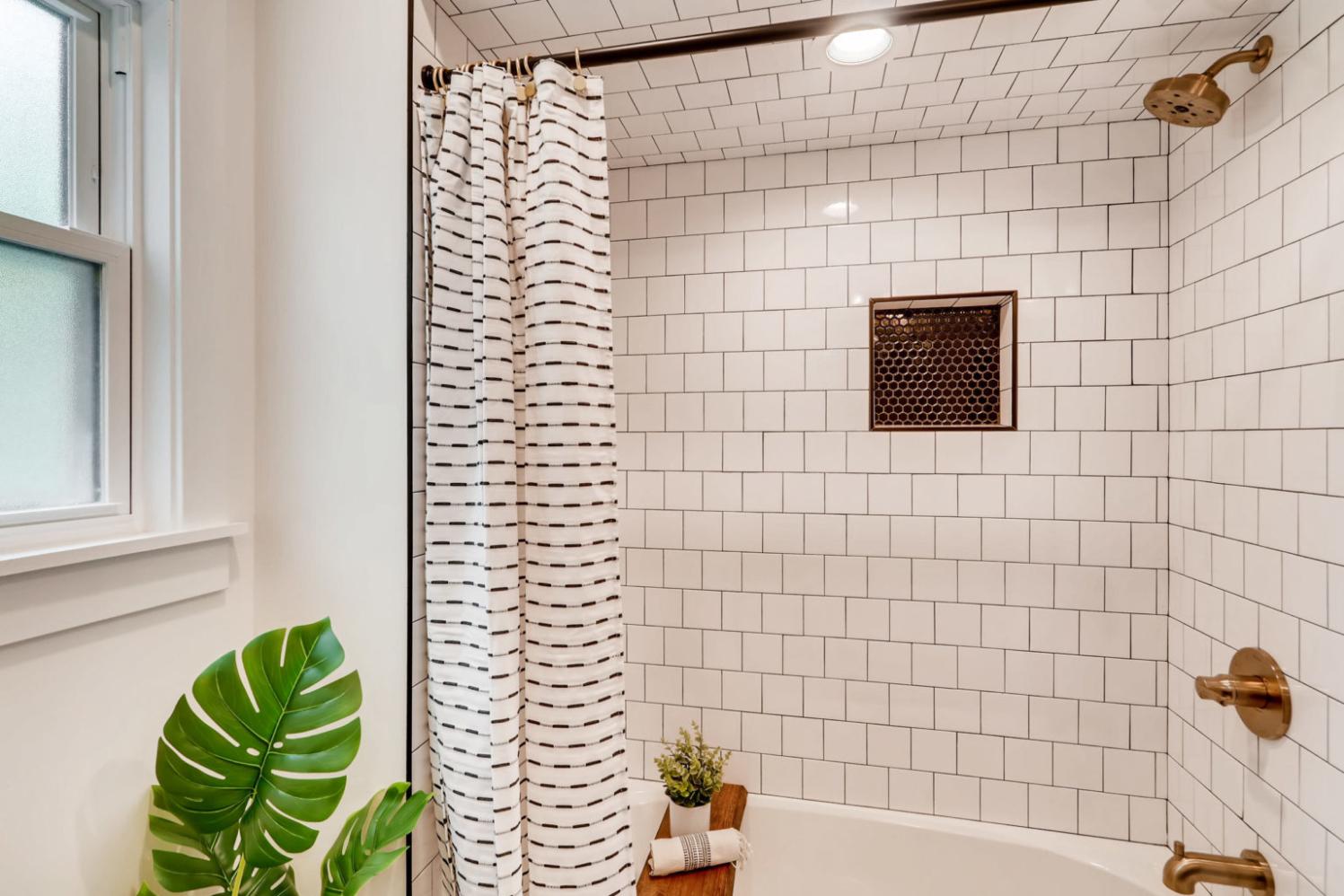 621+67th+st+downers+grove+il Print 022 14 2nd+floor+bathroom 3600x2400 300dpi